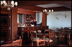 Hotel amstedam for Butacas para barras en madera